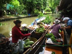 boats on lay mayom floating market