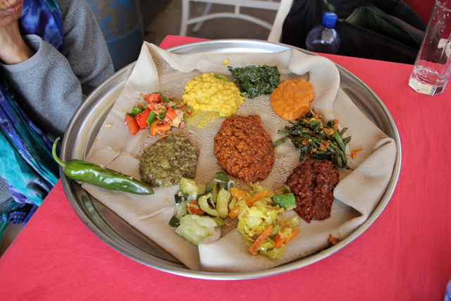 Another winning Ethiopian vegetarian food platter (yetsom beyaynetu)