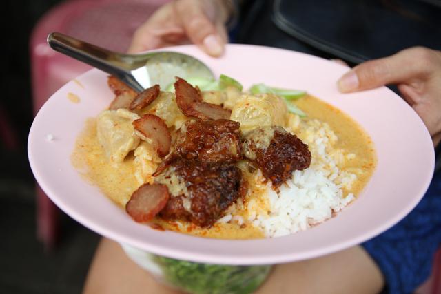 Kaeng kari (yellow curry แกงกะหรี่หมู)