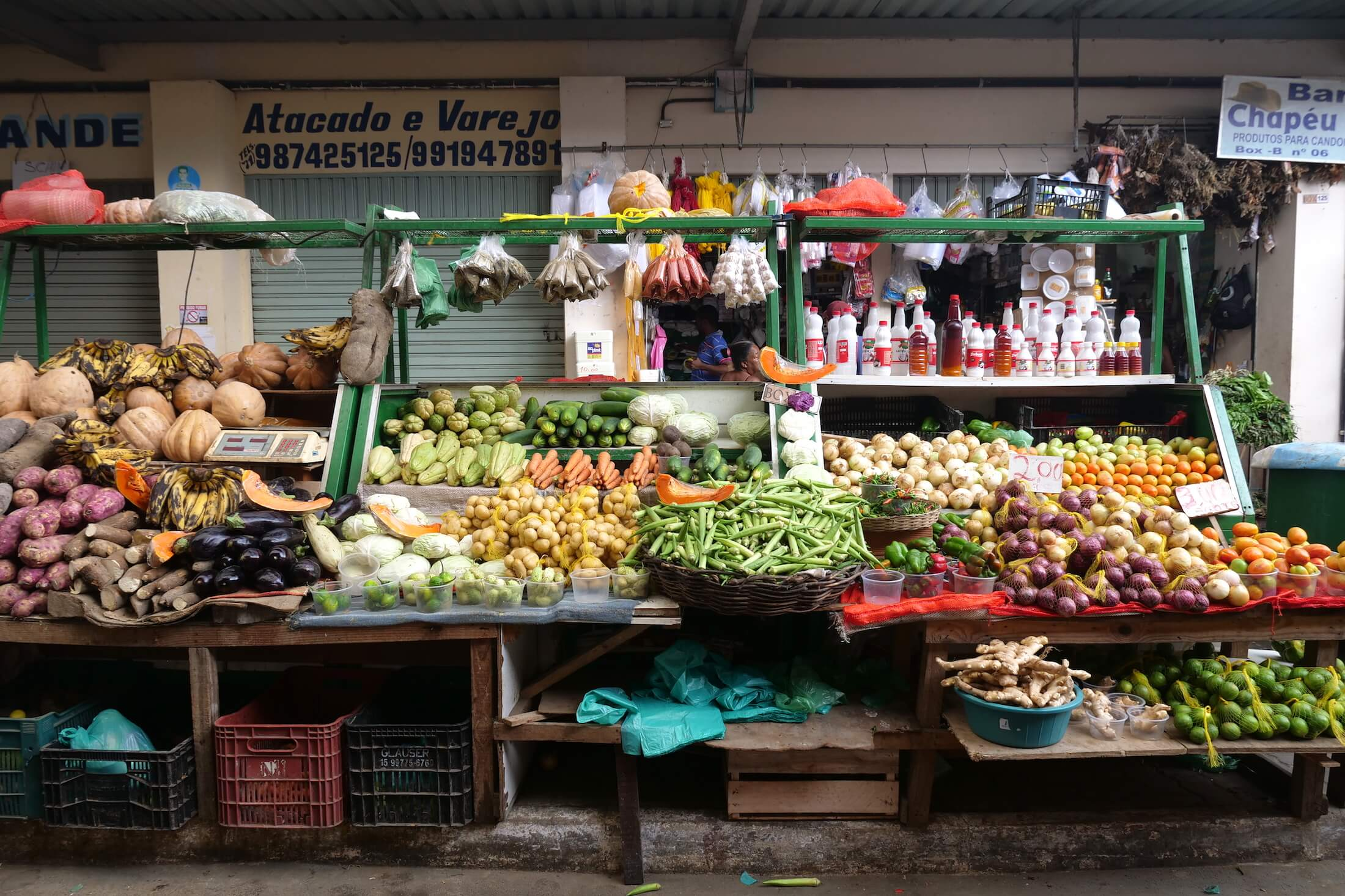 a huge selection of local fruits and vegetables, but also cooked food here at the São Joaquim fresh market